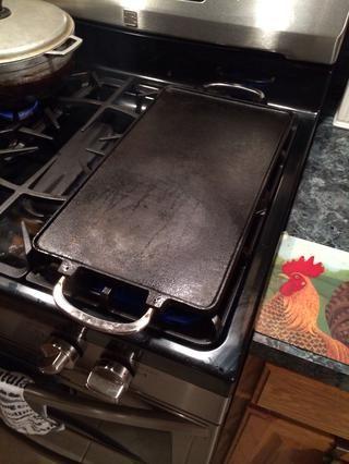 Tome una gran plancha, con suerte hierro fundido. Obtener real caliente, me refiero a fumar caliente.