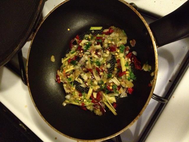 Ponga un poco de aceite y se fríen todos los ingredientes durante 2 minutos.