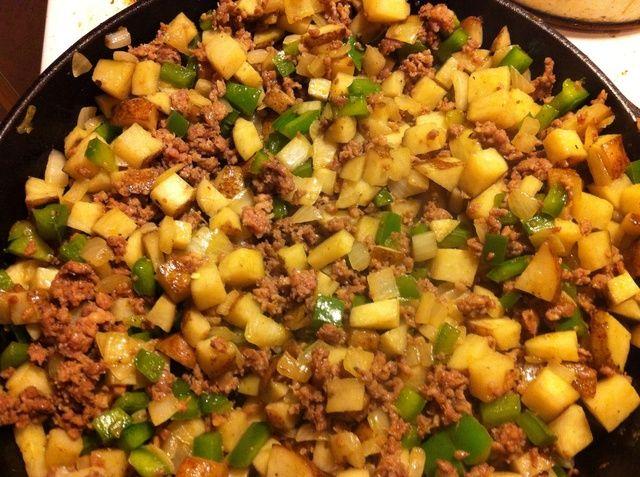 Cocine la salchicha de tierra en la sartén rompiéndola en pedazos. Una vez que la salchicha se hace escurrir y luego devolverlo a la sartén y añadir la mezcla de papas.