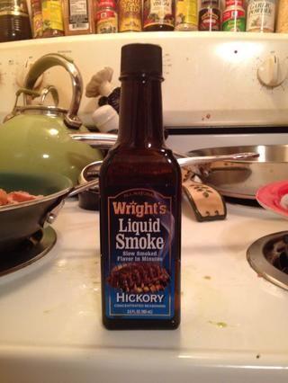 Yo rociados la salchicha con el humo líquido. Esto es lo que una botella de Wright's looks like.