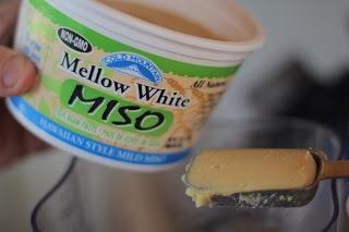 Añadir en, 1 cucharada de miso blanco.