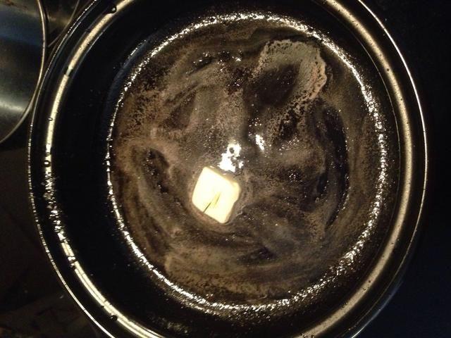 Escurrir el tocino, el exceso de grasa y dejar de lado. En la misma sartén, añadir 1 cucharada de mantequilla.