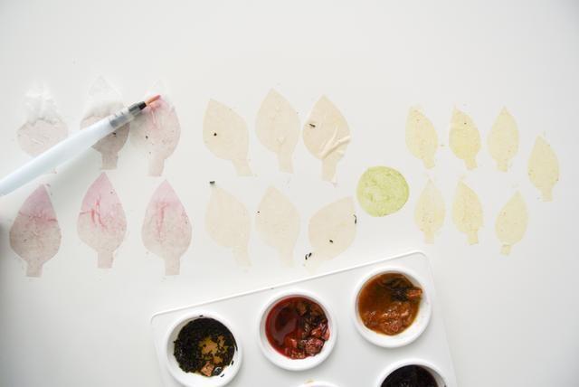 Cortar formas de pétalos de los filtros de café. Variar el tamaño para hacer capas de pétalos. Cortar una forma de círculo para cubrir el centro de la flor. Luego pintar con sus tés!