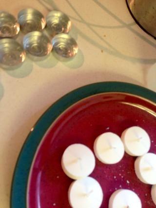 Para moldes, solía té latas luz de las velas. Retire las luces del té tirando suavemente de su mecha.