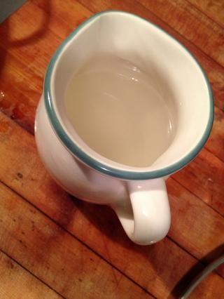 El agua ahora contiene almidones de la pasta, que es increíble para ayudar a espesar (o finas) salsas.