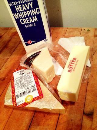 Ahh ... El 'hat trick'. Mantequilla ... Queso Crema ... ... Si te fijas, he usado tanto un muy buen reggiano queso parmesano y queso parmesano genérico poco más barato para ahorrar en el precio, pero no sacrificar el sabor.