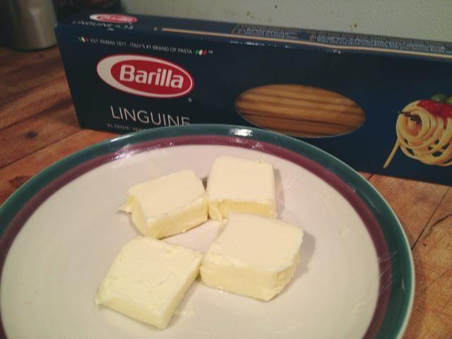 3 1/2 cucharadas de mantequilla sin sal. Prefiero linguini pero se puede usar fettuccine o lo que sea de pasta que usted prefiera.