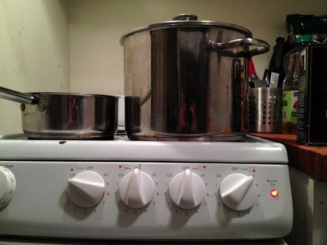 Derrita la mantequilla en olla pequeña salsa en el agua baja y hervir en alta en olla grande.