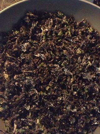 Rocíe 2 cucharadas de aceite de sésamo en todo tu algas desgarrado.