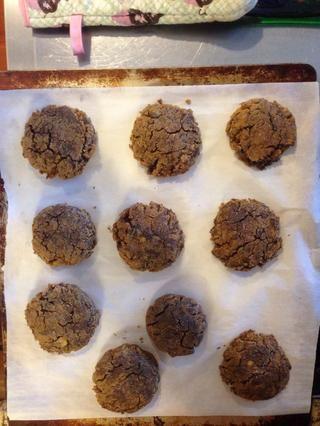 Mezclar en chips de chocolate y hornear en un pergamino bandeja para hornear forrada en 375 hasta que las primeras grietas, y la parte inferior es de color marrón dorado. :)))
