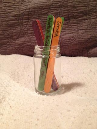 He aquí diez palos en un frasco en el que llegaron las alcaparras.