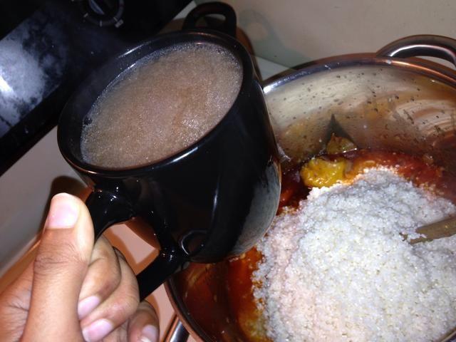 Agregar 2 tazas de caldo que se hace hirviendo la carne. Añadir la carne en este punto, o la carne se puede colocar en la parte superior del arroz cuando está casi hecho. Remover.