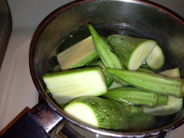 Hervir las verduras en una olla aparte durante unos 8 minutos. Siguiente escurrir las verduras y ponerlas en la olla con el arroz. Coloque una capa de papel de aluminio sobre la olla, para cocinar el arroz con vapor. Ponga la tapa.