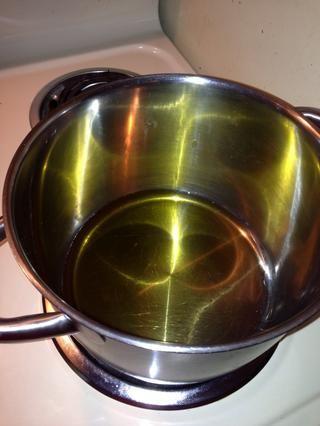 Calentar el aceite ... lo suficiente como para cubrir el fondo de la olla. Asegúrese de utilizar una olla grande que tiene una tapa que cierre bien.