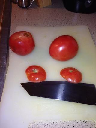 Cortar la parte superior de los tomates. Deseche las copas. Exprimir la pulpa de los tomates directamente en el aceite caliente.
