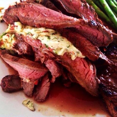 Utilice generosamente de la mantequilla, lo que permite que se funda en la carne. Si usted no ha't yet tried flank steak do it this summer!