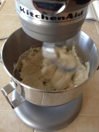 Una vez que todo se añade la mezcla durante cinco minutos hasta obtener una bola de masa agradable.