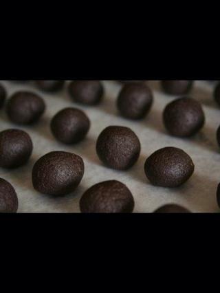 Rollo de la mezcla de pastel / glaseado en bolas del tamaño de pelotas de ping-pong. Enfríe las bolas durante aproximadamente una hora hasta que esté firme