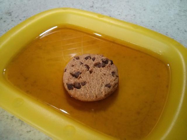 Sumerja una cookie en el jerez, dos segundos por cada lado.