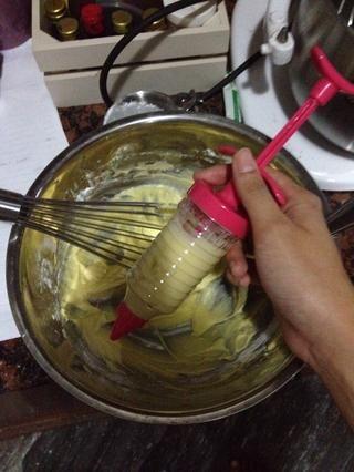Precaliente el horno a 356F. Llene su gaitero con la masa, o usar una manga pastelera y recortar el final.