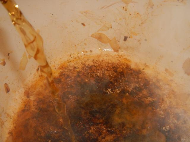 Añadir el caldo de carne a deglaze olla. Esto liberará todos los deliciosos trozos en el fondo de la olla. No se salte este paso, se van a arrepentir!