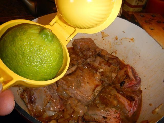 Exprima el jugo de un limón en las costillas