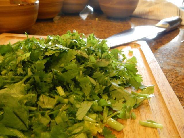 Añadir un pequeño puñado de cilantro picado de la carne
