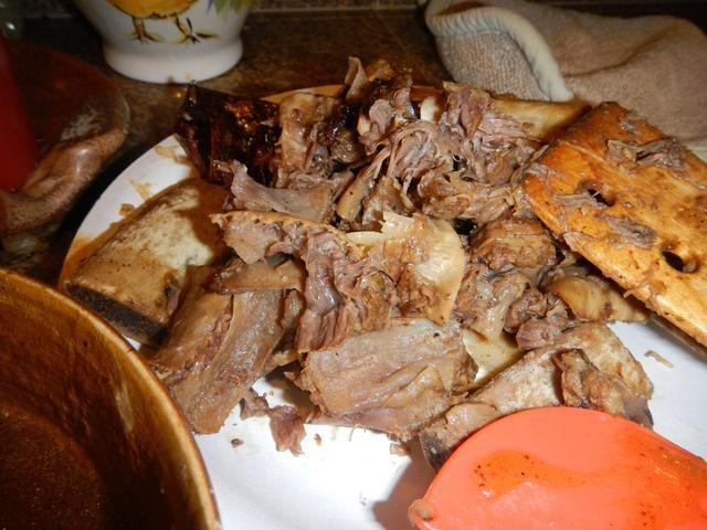 Separar los huesos y el tejido conectivo de las jus carne y au suculentas, triturados. Mantenga el jus au en un recipiente aparte.