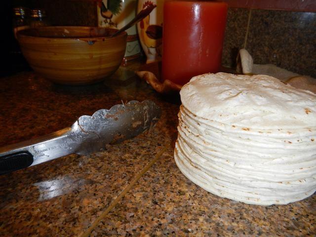 Calentar las tortillas en el microondas hasta que esté suave y flexible, aproximadamente 1 minuto