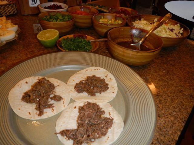 Coloque unas cucharadas de carne desmenuzada en cada tortilla