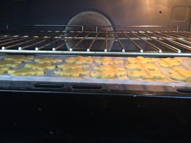 Una vez que tenga todos sus galletas en la bandeja, colocar en el horno durante 30 minutos.