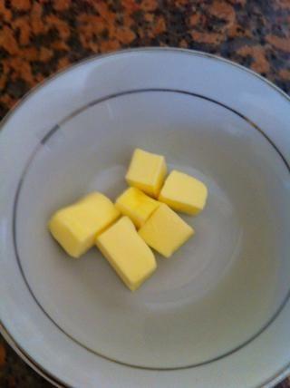 Obtener la mantequilla en cubos duro y agregarlo en la harina