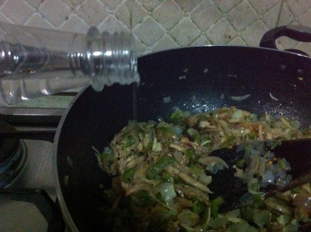 añadir el vinagre y la salsa de soja
