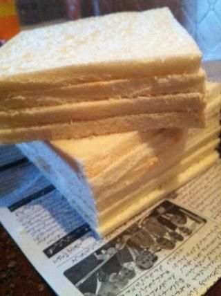cortar los bordes de las rebanadas de pan