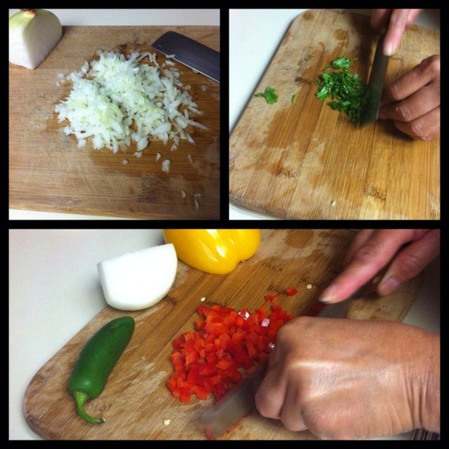 Lavar y picar las verduras: 1 jalapeño (quitar las semillas si usted no't want it too spicy) 1/2 onion, 1/2 red bell pepper, 1/2 yellow bell pepper, 1 bunch of cilantro (remove stems).