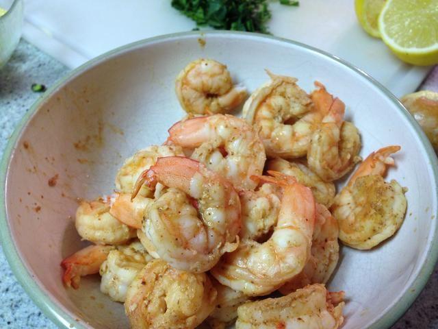 ... puede haber sido prudente de-cola del camarón antes de cocinarlos. Debido a que estaban calientes y me dolió.