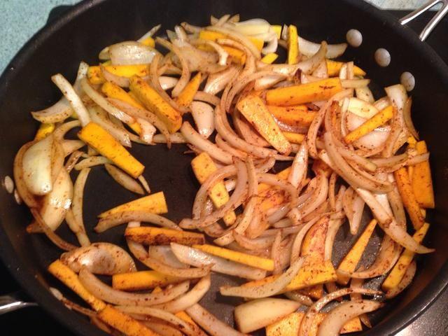 Añadir el chile en polvo, el comino, el chile ancho, y la canela. Cocine hasta que las cebollas son ligeramente translúcida