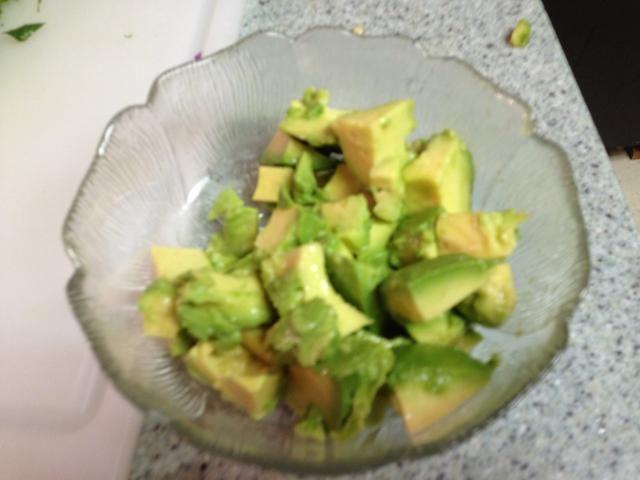 Mientras que los camarones son cocinar, cortar el aguacate y mezclar poco de jugo de limón wa por lo que doesn't turn brown.