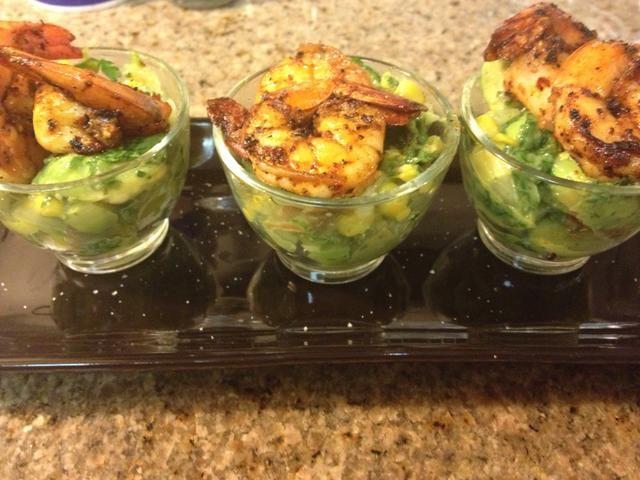 Sirva como pequeño aperitivo shots- solo montículo tenía guacamole en algunos pequeños vasos y parte superior lindo con dos shrimpies.