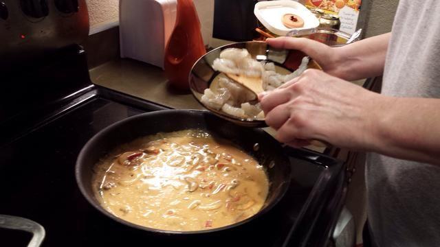 Añadir 1 cucharadita de azúcar morena. A continuación añadimos el camarón crudo limpiado. Cocine hasta que estén rosados pero no exageradamente.