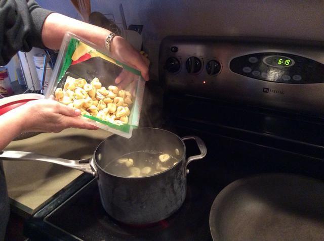 Cocine tortellini según las indicaciones