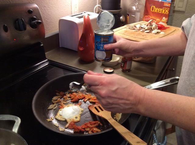 Añadir la crema de la leche de coco. Este es el par superior de cucharadas. Usted se dará cuenta de que es un poco más cremoso, en comparación con el resto de la lata