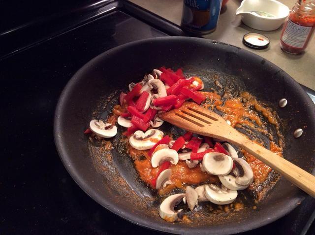 Añádale pimientos rojos y setas. Incorporar en la crema de curry y coco.