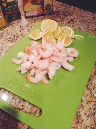 Retire la sartén del horno. Añadir la mantequilla (permitir que se derrita un poco), a continuación, agregue los camarones, ajo y limón. Ligeramente tirar los artículos para revestimiento. Rocíe un poco más de aceite y volver al horno durante 10 minutos.
