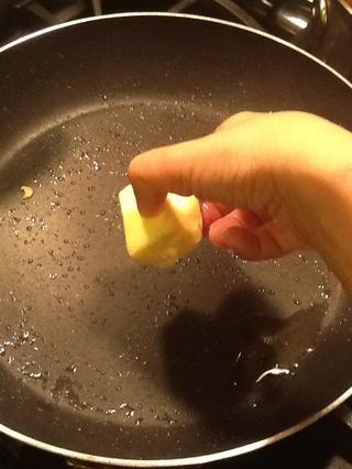 Ahora bien, en la misma sartén que fritos los camarones. Baje a med-baja y añadir 3 cucharadas de mantequilla.