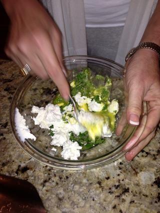 Desmenuzar el queso de cabra y mezcla en el queso jack, jalapeño puré.