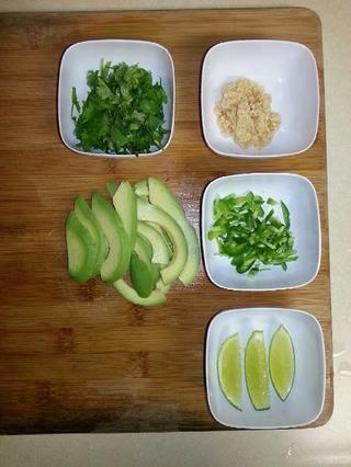 Picado aguacate, cilantro, ajo, jalapeños y rodajas de limón