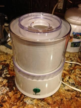 Retire del congelador y mezclar la crema de leche y la vainilla, relajarse de nuevo por unos 30 minutos y luego tirar todo en el fabricante de helados!