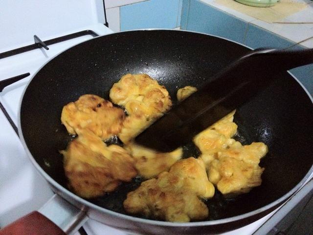 Obtener una cucharada de la masa y se fríen cada cucharada de esta manera. Frito es el mejor, pero frito regular es aceptable. Dejarlos caramelizada y doradas. Dejar de lado