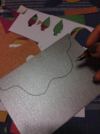 Otro diseño que me encanta es la hebra de luz de Navidad. Comience por dibujar una línea ondulada con un lápiz negro o marcador ...